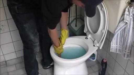 Toilet Water Komt Omhoog.Wc Laten Ontstoppen Snel En Voordelig Loodgieter
